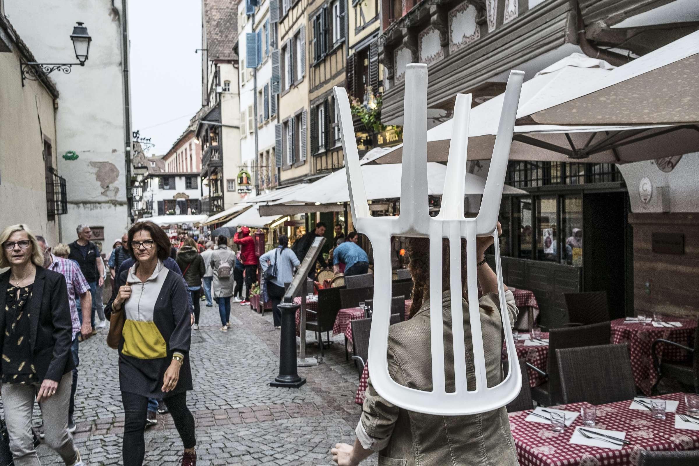 Walking with Chairs, Ienke Kastelein, INACT 2019. Photo : Patrick Lambin