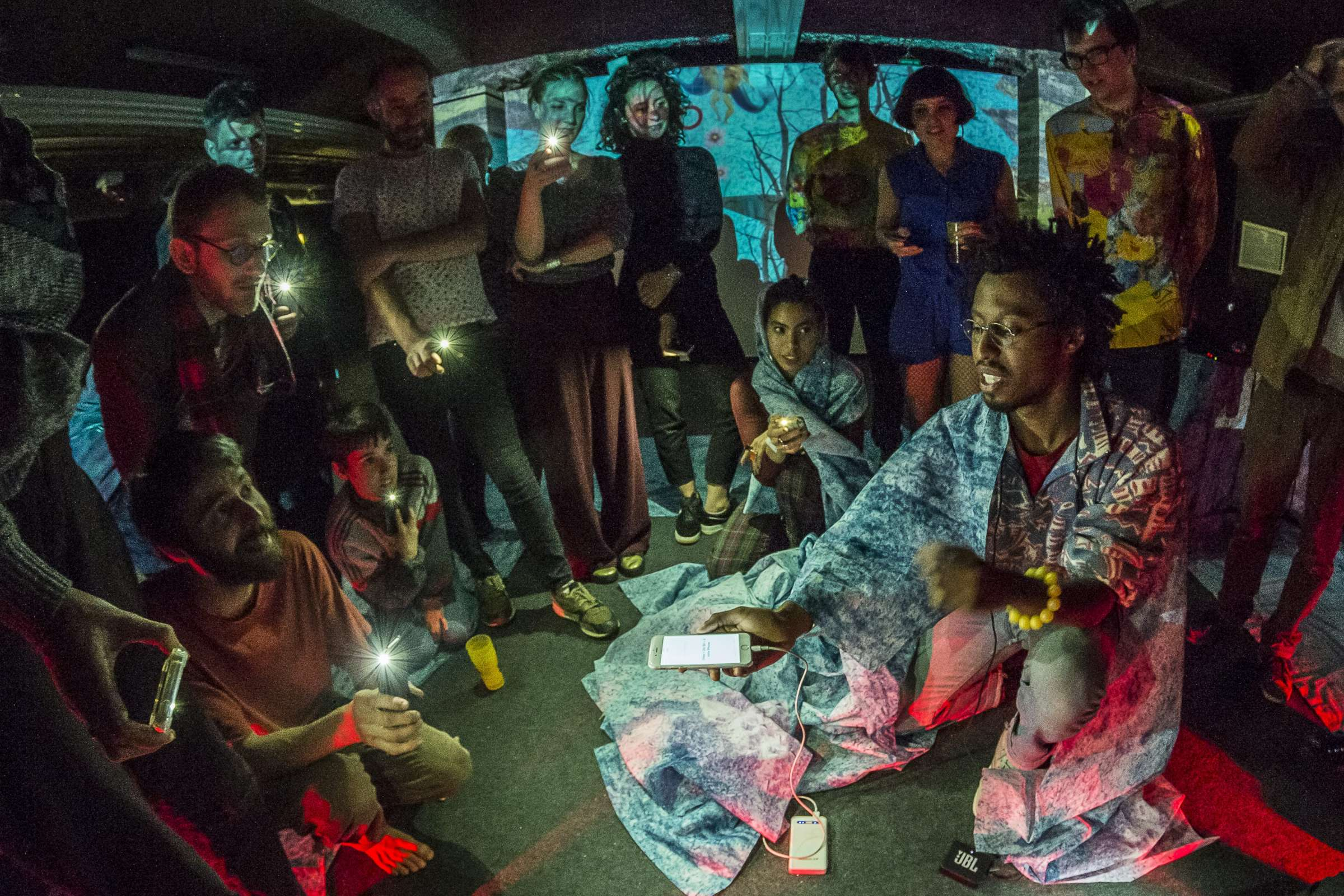 Photographie du Concert Initiatique Numéricosophique, par le Collectif Nani$ôka Groupe lors de l'édition 2019 du festival INACT « L'épaisseur de la transparence »
